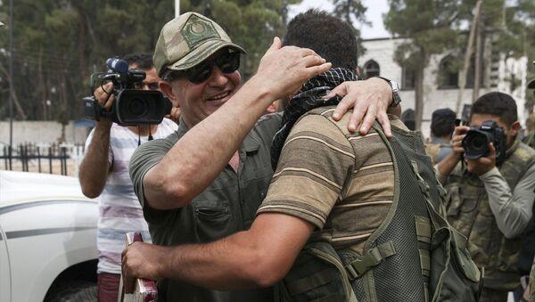 Genelkurmay Özel Kuvvetler Komutanı Korgeneral Zekai Aksakallı, Özgür Suriye Ordusu'nun Suriye'nin Türkiye sınırındaki Cerablus bölgesini IŞİD'den almasının ardından incelemelerde bulunmak üzere ilçeye geldi. - Sputnik Türkiye