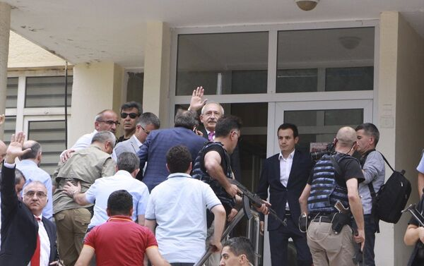 CHP Genel Başkanı Kemal Kılıçdaroğlu'nun konvoyuna, Artvin'in Şavşat ilçesinden Ardanuç ilçesine gittiği esnada saldırı yapıldı. - Sputnik Türkiye