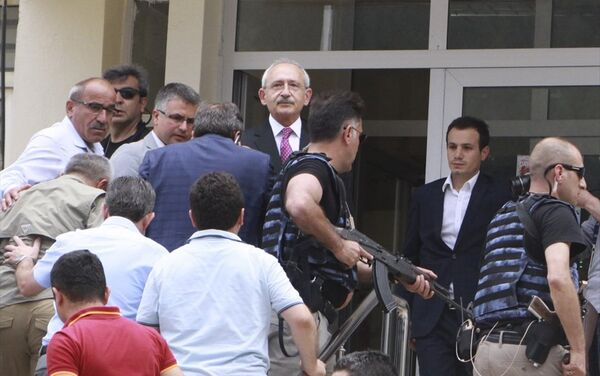 Kılıçdaroğlu , güvenlik güçleri tarafından güvenli bir bölgeye götürüldü. - Sputnik Türkiye