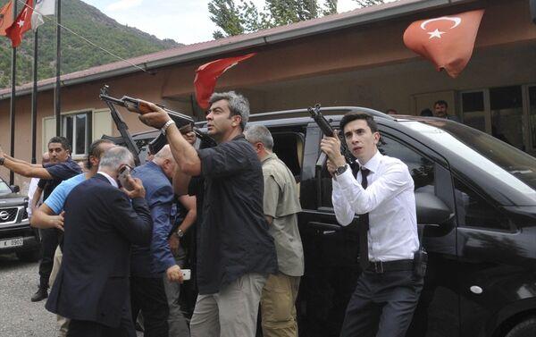 Kılıçdaroğlu, aracı bindirilirken çok sayıda güvenlik gücü, dağlık alandan gelebilecek bir saldırıya karşı tetikteydi. - Sputnik Türkiye