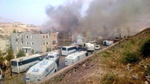 Cizre'deki patlama sonrası malzeme deposu alev aldı. İtfaiye yangına müdahale etti. - Sputnik Türkiye