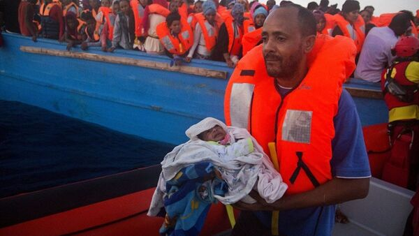 İtalya'da kurtarılan göçmen baba ve oğlu - Sputnik Türkiye