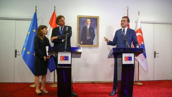 Avrupa Birliği (AB) Bakanı ve Başmüzakereci Ömer Çelik, Hollanda Dışişleri Bakanı Bert Koenders ile görüştü. Görüşmenin ardından Çelik ve Koenders ortak basın toplantısı düzenledi. - Sputnik Türkiye
