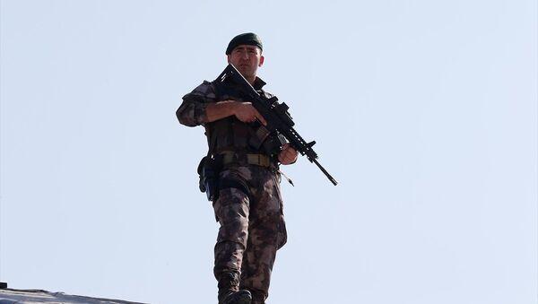 Güvenlik önlemi alan Özel Harekat Polislerinden biri objektiflere böyle yansıdı. - Sputnik Türkiye