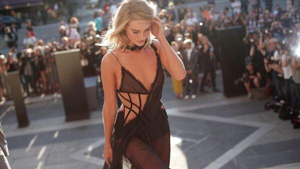 İngiliz model ve aktris Rosie Huntington-Whiteley - Sputnik Türkiye