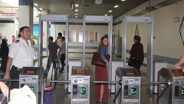 Atatürk Havalimanı'ndaki metro istasyonu girişine kontrol amaçlı x-ray cihazları konuldu. - Sputnik Türkiye