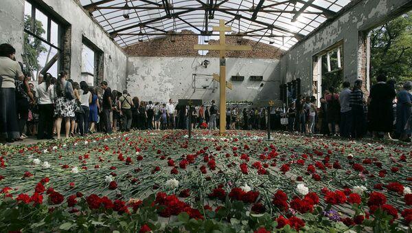 Beslan kentinde meydana gelen saldırının ardından okulda düzenlenen bir anma töreni. - Sputnik Türkiye