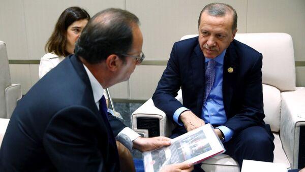 Cumhurbaşkanı Recep Tayyip Erdoğan, dörtlü zirve sonrası Fransız mevkidaşı François Hollande ile ikili görüşme gerçekleştirdi. Erdoğan bu sırada Hollande'a 15 Temmuz darbe girişimini anlatan bir kitap hediye etti. - Sputnik Türkiye
