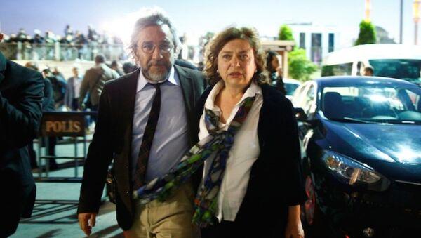 """Uluslararası PEN Yazarlar Birliği, Can Dündar'ın eşi Dilek Dündar'ın pasaportuna el konmasına ilişkin yaptığı açıklamada """"Aşırı gaddarca tedbirlerin bir yansıması"""" dedi. - Sputnik Türkiye"""