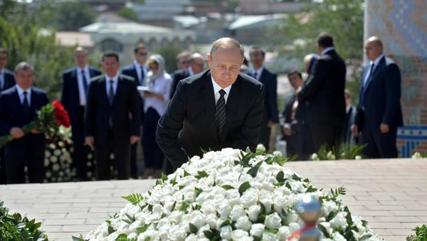 Putin, Kerimov'un mezarını ziyaret etti. - Sputnik Türkiye