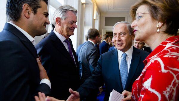 Türk asıllı Hollandalı milletvekili Tunahan Kuzu, İsrail Başbakanı Binyamin Netanyahu'nun elini sıkmadı. - Sputnik Türkiye