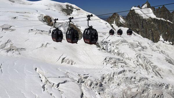 Aiguille du Midi ve Helbronner arasında uzanan teleferik hattı - Sputnik Türkiye