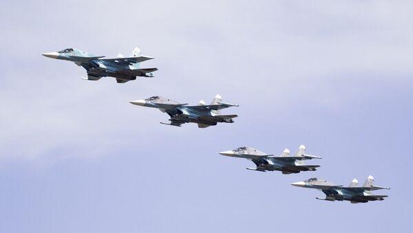 Rus ordusuna ait Su-34 bombalarını taşıyan jet uçakları hizalı uçarak birazdan bombaları bırakmaya hazırlanıyor. - Sputnik Türkiye