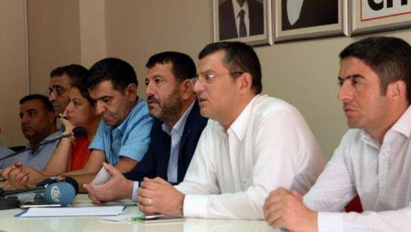 CHP Genel Başkan Yardımcıları Zeynep Altıok ve Veli Ağbaba, Grup Başkanvekili Özgür Özel ile İstanbul Milletvekili Sezgin Tanrıkulu, 28 belediyeye kayyum atanmasıyla ilgili değerlendirmeyi Diyarbakır'da yaptı. - Sputnik Türkiye