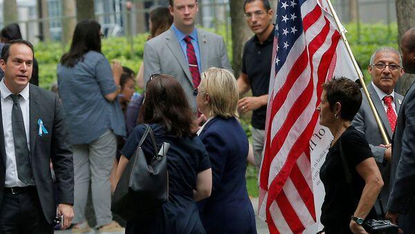 Demokrat Partili başkan adayı Hillary Clinton, rahatsızlığı sebebiyle 11 Eylül törenlerinden erken ayrıldı. - Sputnik Türkiye