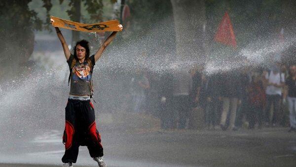 Fransa'nın Nantes kentinde yeni iş kanununu protesto eden genç - Sputnik Türkiye