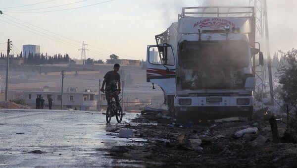 Halep'e yardım götürürken hedef alınan yardım konvoyu - Sputnik Türkiye
