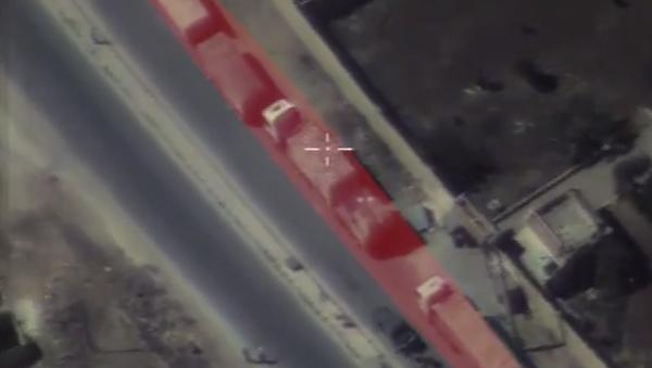 Halep'e giderken saldırıya uğrayan yardım konvoyunun görüntüleri - Sputnik Türkiye
