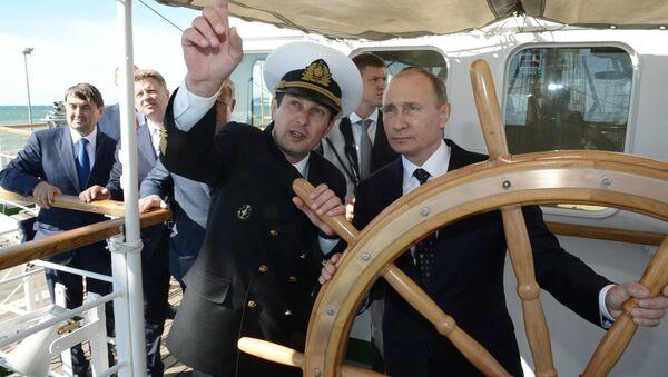 Rusya Devlet Başkanı Vladimir Putin, Soçi'de Nadejda yelkenlisinin dümeninde. - Sputnik Türkiye