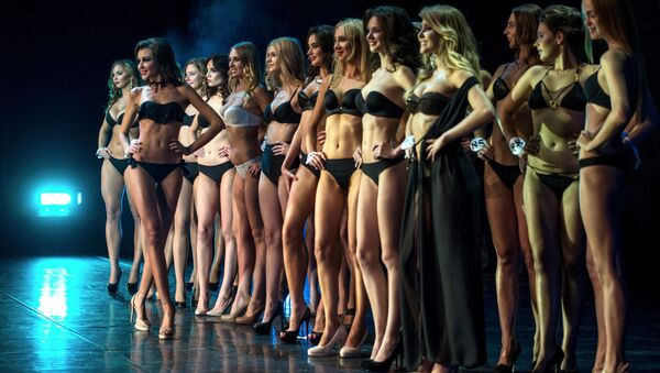 Rusya'nın başkenti Moskova'nın ev sahipliğini yaptığı Rusya Dünya Güzeli  (Miss World Russian Beauty 2016) yarışmasının finalinde, taç 23 yaşındaki Kristina Adamson'a gitti. - Sputnik Türkiye