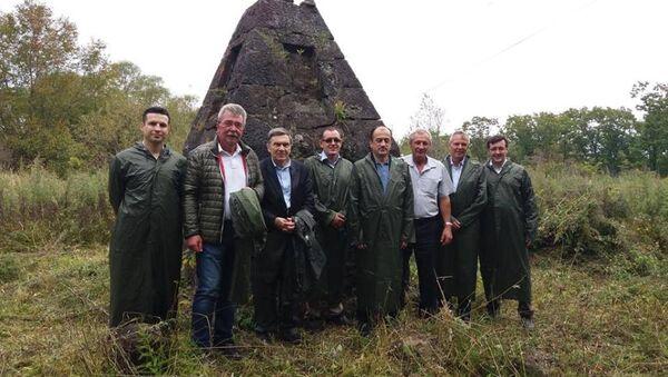 Türkiye'nin Rusya Büyükelçisi Ümit Yardım, Türk bir heyetle Rusya'nın Uzakdoğu bölgesindeki Türk şehitliğini ziyaret etti. - Sputnik Türkiye