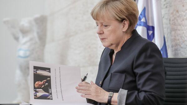 Peres'in cenazesine katılmayan Almanya Başbakanı Angela Merkel ise İsrail'in Berlin Büyükelçiliği'ni ziyaret ederek Peres anısına açılan hatıra defterini imzaladı. - Sputnik Türkiye