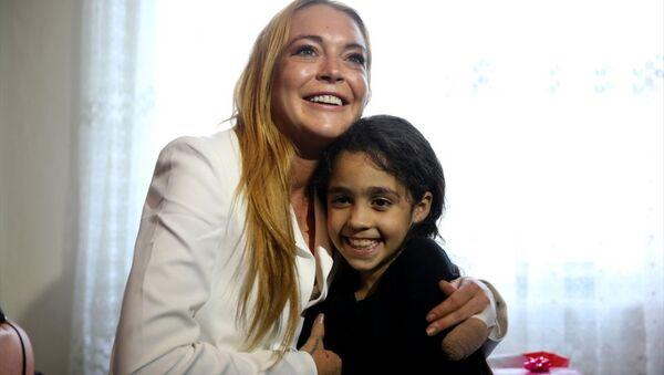Lindsay Lohan Suriyeli aileyi ikinci kez ziyaret etti - Sputnik Türkiye