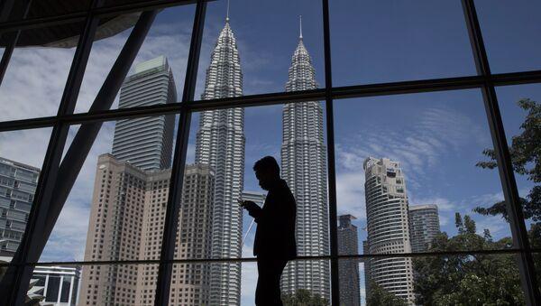 Malezya'nın başkenti Kuala Lumpur'da yüksekliği 452 metre olan Petronas ikiz kuleleri bulunuyor. İki kocaman mısıra benzeyen bu binalar çağdaş mimarlık eserleri olarak kabul edildi.  - Sputnik Türkiye