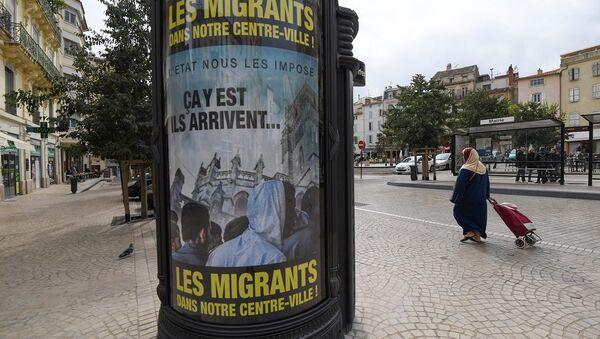 Beziers'teki ırkçı sığınmacı afişleri - Sputnik Türkiye