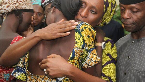 Nijerya'da Boko Haram tarafından kaçırılan ve 2 yıldan uzun süre sonra serbest bırakılan 21 Çibok kızının ailelerine kavuştuğu duygusal anlar kameralara yansıdı. - Sputnik Türkiye
