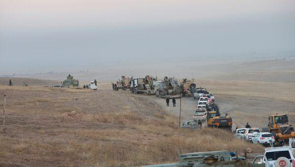 Musul operasyonuna çerçevesinde ilerleyen konvoyun ön sırasında zırhlı araçların yanı sıra iş makineleri de bulunuyor. - Sputnik Türkiye