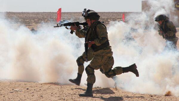 Rus askeri yetkilileri  Mısır meslektaşlarına Rusya Hava İndirme Birliklerinin paraşüt bölüğünde görev yapan askerleri hazırlama yöntemini gösterip yerleşim merkezinde eğitim çatışma gösterisini yaptılar. - Sputnik Türkiye
