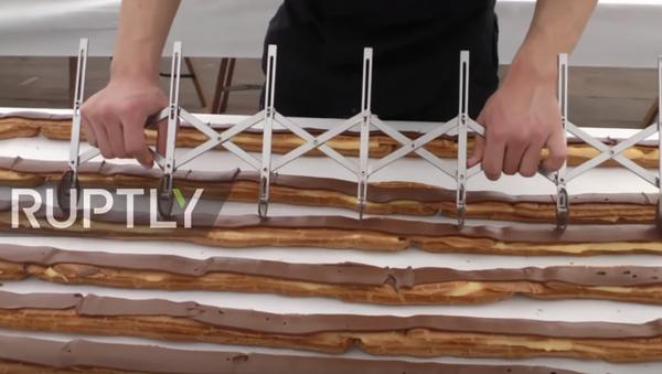 Belçika'nın Verviers kentinde dün 25 usta tarafından dünyanın en uzun çikolatalı ekleri yapıldı. - Sputnik Türkiye