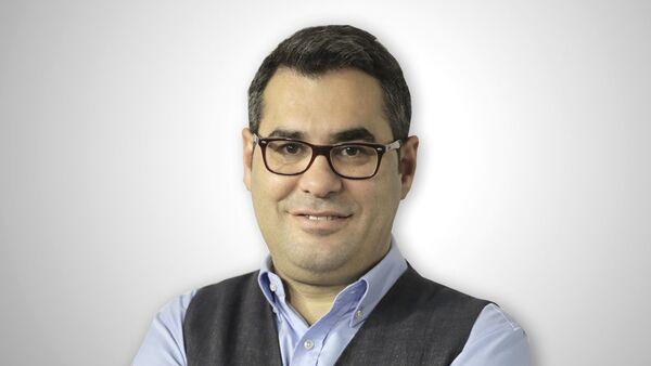 Türk tiyatrocu, gazeteci, televizyon program yapımcısı Enver Aysever. - Sputnik Türkiye