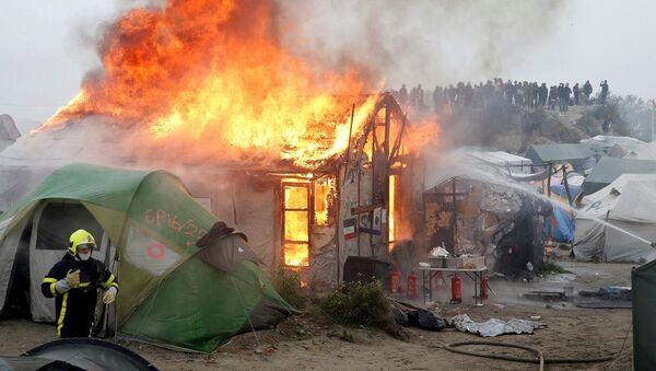 Calais'deki Jungle 'Vahşi Orman' sığınmacı kampında yangın - Sputnik Türkiye