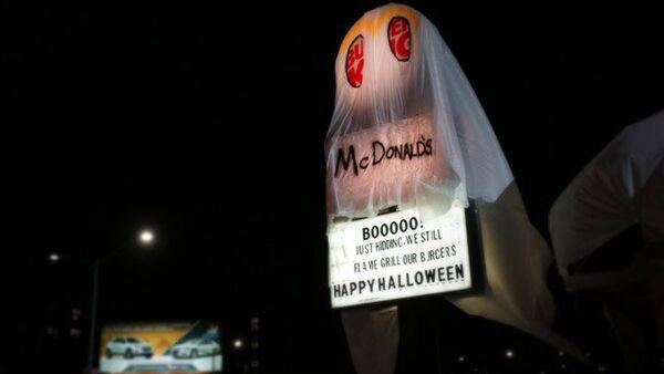 ABD'li fast food zinciri Burger King, 31 Ekim'deki Cadılar Bayramı'nda ezeli rakibi McDonal's 'kılığına girdi'. Markaya ait bir restoran üzerinde McDonald's yazılı bir kostümle hayalet oldu. - Sputnik Türkiye