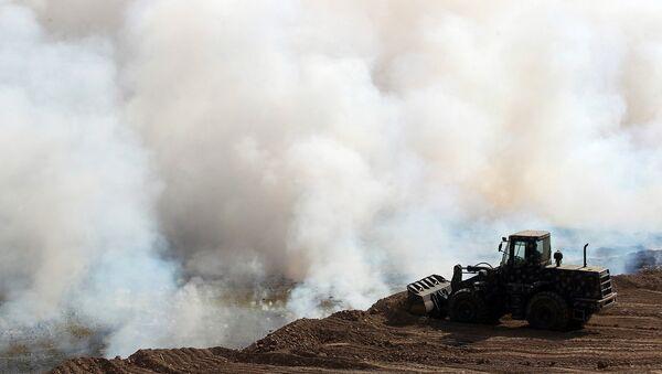 Iraklı güvenlik güçleri Mişvak'taki sülfür yangınını söndürmeye çalışıyor - Sputnik Türkiye