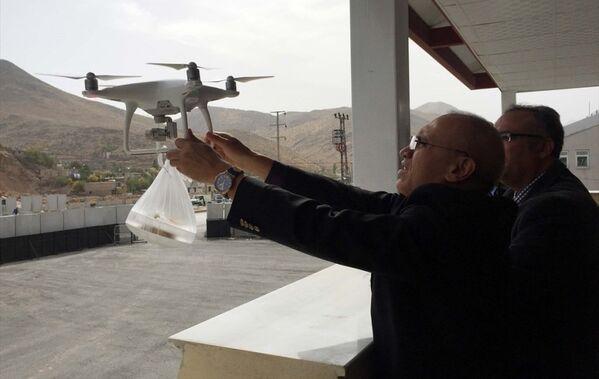 Koruculara 'drone' ile tatlı ikramı - Sputnik Türkiye