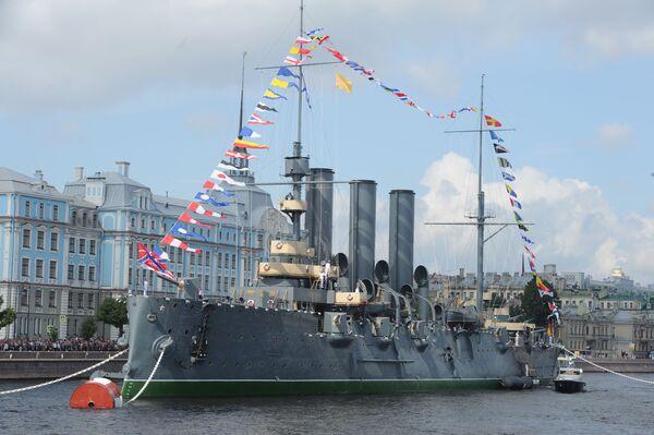 Aurora kruvazörü St. Petersburg'daki Neva Nehri'nde. - Sputnik Türkiye