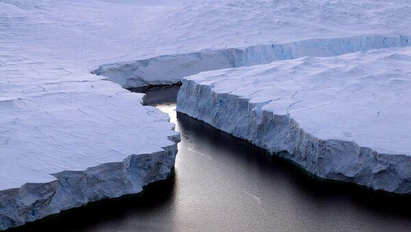Antarktika'da kırılan bir buz dağı. - Sputnik Türkiye