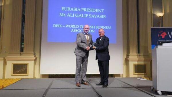 DTİK Avrasya Komite Başkanı Ali Galip Savaşır'a Dünya Sürdürülebilir Enerji Enstitüsü Liderlik Ödülü verildi. - Sputnik Türkiye