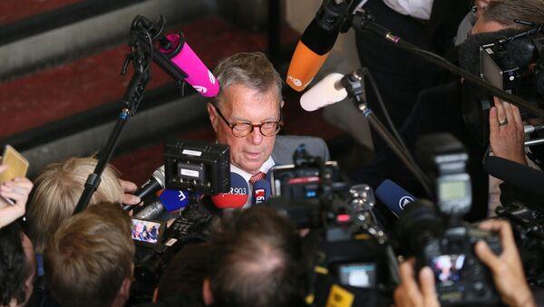 Alman komedyen Jan Böhmermann'ın Cumhurbaşkanı Erdoğan'a hakaret içeren şiiri bir daha okunmamasına yönelik ihtiyati tedbir alınmasına ilişkin davanın ilk duruşması Hamburg Eyalet Mahkemesi'nde yapıldı. Duruşmadan sonra Cumhurbaşkanı Recep Tayyip Erdoğan'ın avukatı Michael-Hubertus von Sprenger gazetecilere açıklamada bulundu. - Sputnik Türkiye