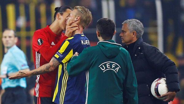 Manchester United'ın yıldızı Zlatan Ibrahimovic, Kjaer'in boğazını sıktı. - Sputnik Türkiye