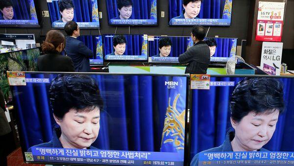 Güney Kore Devlet Başkanı Park Geun-hye'nin konuşmasını izleyenler - Sputnik Türkiye