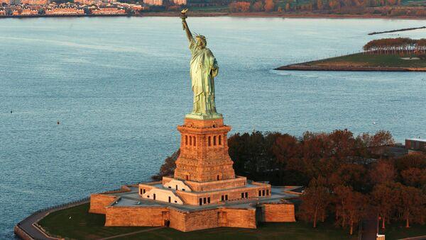 New-York'ta güneşin doğduğu anda Özgürlük heykeli. - Sputnik Türkiye
