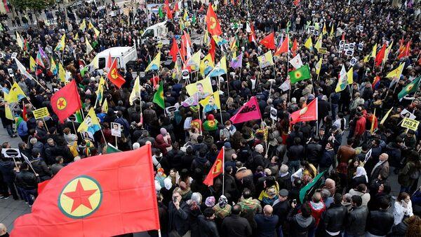 Paris'te 20 bin kişi HDP operasyonu ve tutuklamaları protesto etti - Sputnik Türkiye