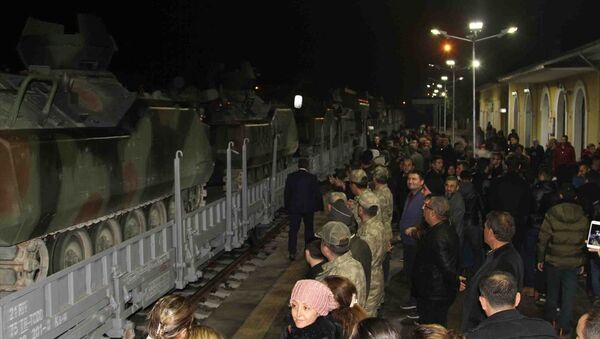 Silopi'ye hareket eden zırhlı araçları ve askerleri taşıyan tren tekbirler eşliğinde uğurlandı - Sputnik Türkiye