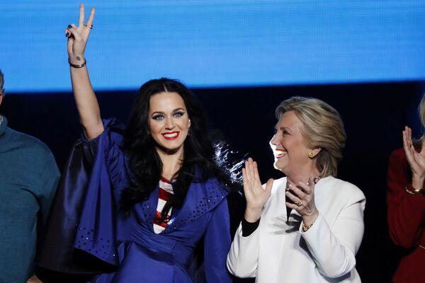 ABD'de Demokrat başkan adayı Hillary Clinton- Şarkıcı Katy Perry - Sputnik Türkiye