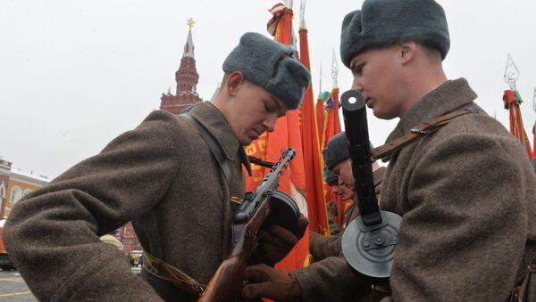Kızıl Ordu üniformaları giyen askerler, 1941'de düzenlenen askeri geçidin 75. yıldönümü nedeniyle gerçekleştirilecek törene hazırlanıyor. - Sputnik Türkiye