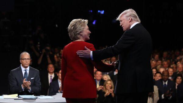 Кандидаты в президенты США Хиллари Клинтон и Дональд Трамп во время дебатов в Нью-Йорке - Sputnik Türkiye